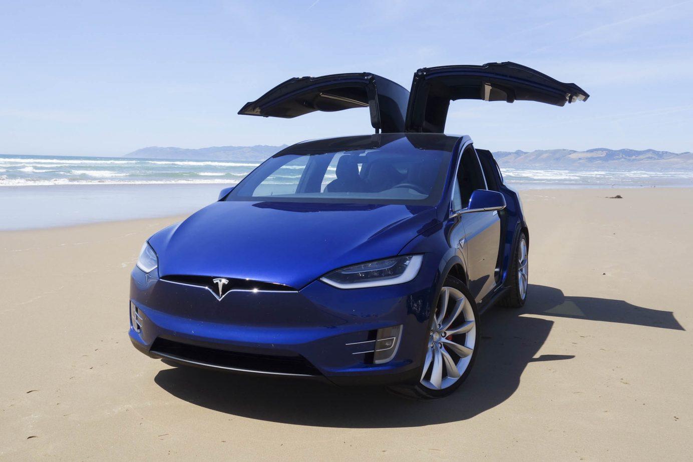 Foto del Tesla Model X P90D con las puertas abiertas.