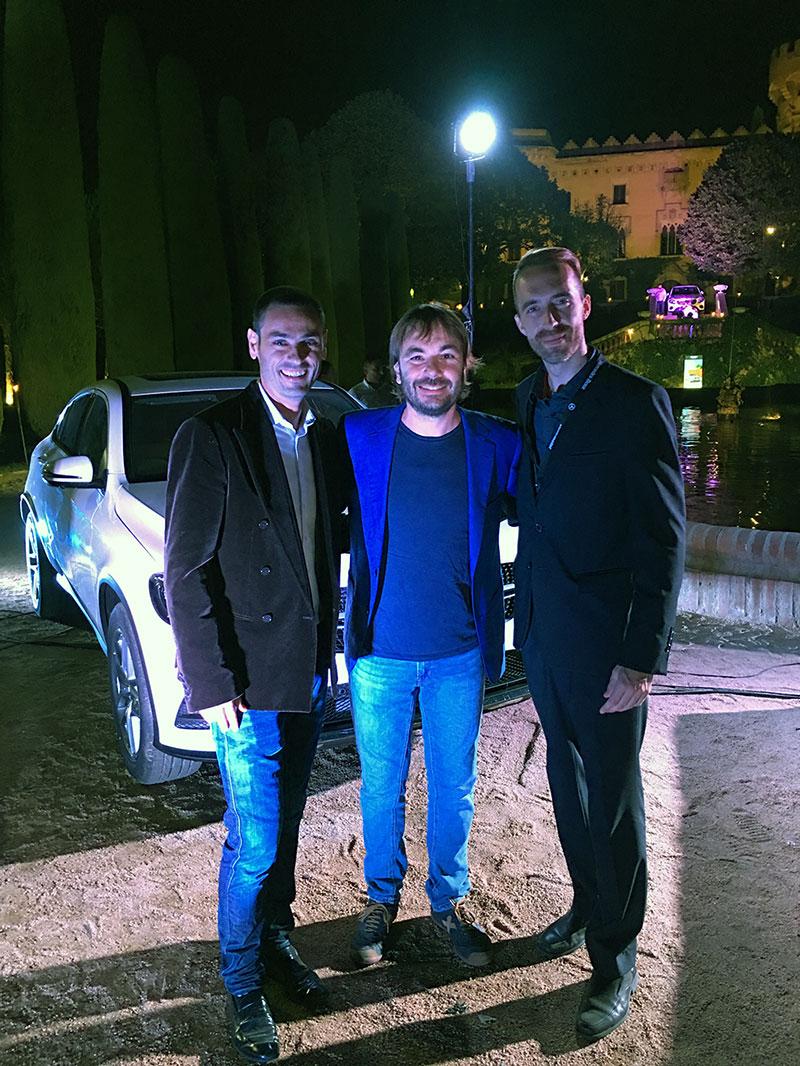 Miquel, Quim y Álex con el Mercedes GLC de fondo.