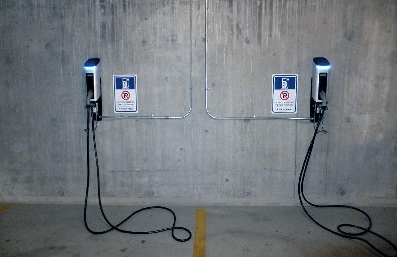 Recargadores de coche eléctrico en un parking