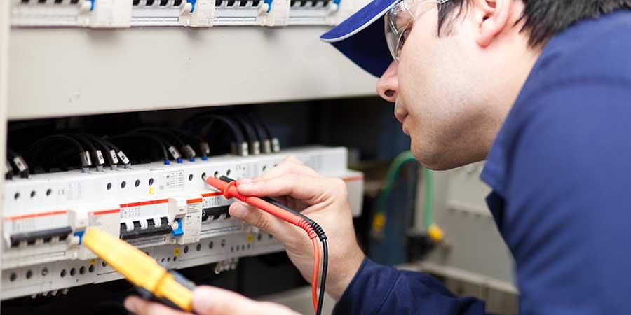 Técnico verificando en cuadro eléctrico